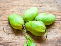Świeży Zielony mango na drewnianym tle (nosorożec mango) Obraz Stock
