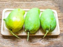 Świeży Zielony mango na drewnianym tle (nosorożec mango) Obrazy Royalty Free