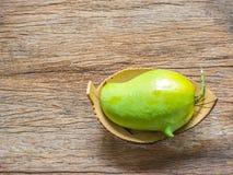 Świeży Zielony mango na drewnianym tle (nosorożec mango) Zdjęcie Royalty Free