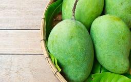 Świeży zielony mango w koszu Obraz Royalty Free