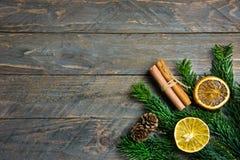 Świeży zielony puszysty sumiasty jedlinowy cynamon susząca gałąź pomarańcze pokrajać sosnowych rożki na starym deski drewnie boże obraz stock