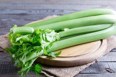 Świeży zielony seler wywodzi się na drewnianej tnącej desce zdjęcie stock