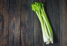 Świeży zielony selerowy warzywo na drewnie Odgórny widok organiczne tło Fotografia Stock