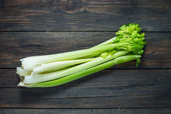 Świeży zielony selerowy warzywo na drewnie Odgórny widok organiczne tło Obrazy Stock