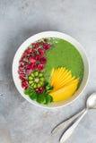 Świeży zielony smoothie puchar z szpinakiem, mango, kiwi i raspberr, Obrazy Stock