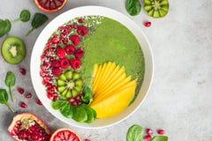 Świeży zielony smoothie puchar z szpinakiem, mango, kiwi i raspberr, Obraz Royalty Free