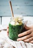 Świeży zielony smoothie z jabłkami, bonkretami, szpinakiem i spirulina, Zdjęcia Stock