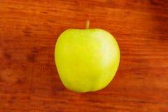 Świeży zielony soczysty naturalny jabłko na drewnianym tle Obrazy Royalty Free
