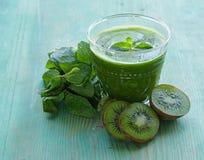 Świeży zielony soku kiwi, mennica i Obraz Stock