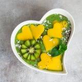 Świeży zielony szpinaka smoothie puchar z mango i kiwi Obraz Royalty Free