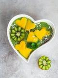 Świeży zielony szpinaka smoothie puchar z mango i kiwi Fotografia Stock