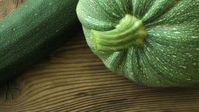 Świeży zucchini na drewnianym tle zbiory wideo