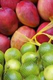 Świeżych Czerwonych mango Błyszczących Zielonych wapno rolników Brazylijski Tropikalny rynek Zdjęcia Stock