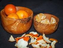 Świeżych owoc tangerines w drewnianym pucharze Zdjęcie Stock