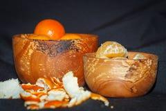 Świeżych owoc tangerines w drewnianym pucharze Obraz Stock
