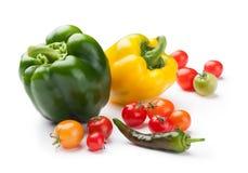 Świeżych warzyw dzwonkowi pieprze, czereśniowi pomidory i chili zakończenie odizolowywający na białym tle, Fotografia Royalty Free