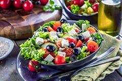 Świeżych warzyw grka sałatka Zdrowy jedzenie na drewnianym tle obraz royalty free