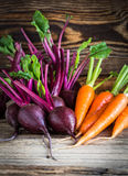 Świeżych warzyw marchewki, beetroots na drewnianym tle Zdjęcie Stock