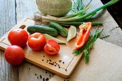 świeżych warzyw pomidory, ogórek, chili pieprze, koper na drewnianym tle obrazy royalty free
