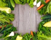 Świeżych warzyw round kolorowa rama na drewnianym tle Mieszkanie nieatutowy Zdjęcia Royalty Free