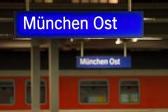 Świecący znak na Monachium wschodniej staci kolejowej Zdjęcie Stock
