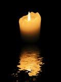 świece zbliżenie znaleźć odzwierciedlenie wód powierzchniowych Obraz Royalty Free