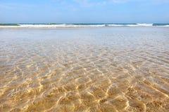 Świecenie słońce w płytkich wodach morze w lecie obraz stock