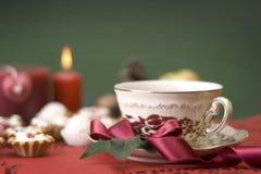 świeczek ciastka cup gorącej tasiemkowej herbaty Obrazy Royalty Free