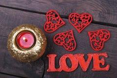 Świeczka, czerwoni serca i miłość tekst, Zdjęcia Stock