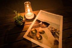 Świeczka, Dave roślina, Złota skorupa i denny obrazek na stole przy romantyczną nocą, obrazy royalty free