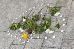 Świeczka i róże na ulicie zdjęcie royalty free