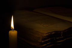 Świeczka i stara książka Zdjęcia Royalty Free