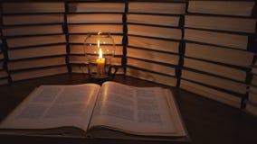 Świeczka i stare książki zbiory