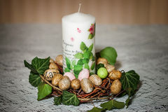 Świeczka malującymi jajkami na stole i Fotografia Royalty Free