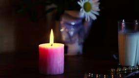 Świeczka na stole zbiory wideo