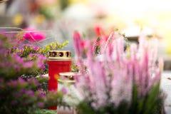 Świeczka przy cmentarzem, pogrzeb zdjęcie stock