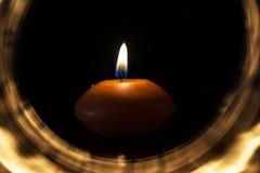 Świeczka wśrodku lekkiego okręgu w zmroku zdjęcia royalty free