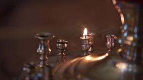 Świeczka w kościół przy ceremonią zbiory wideo