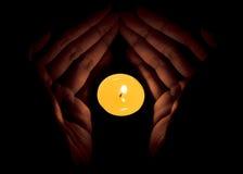 Świeczka w ręce, nadziei pojęcie Zdjęcie Royalty Free