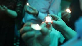Świeczka w rękach zbiory