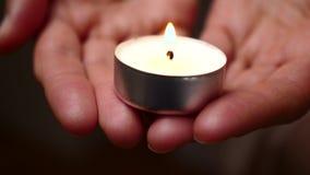 Świeczka w rękach Tło świeczki oświetlenie w kobiet rękach Litości tło Stroskania pojęcie zbiory wideo