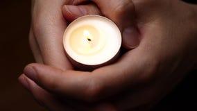 Świeczka w rękach Tło świeczki oświetlenie w kobiet rękach Litości tło Stroskania pojęcie Uczczenia tło zbiory