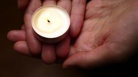 Świeczka w rękach Tło świeczki oświetlenie w kobiet rękach Litości tło Stroskania pojęcie Uczczenia backgro zbiory