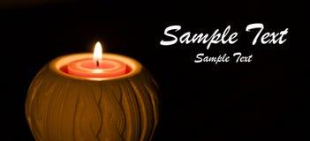 Świeczka w zmroku Płonąca świeczka na ciemnym tle Obrazy Stock