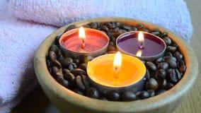 Świeczka zaświeca z coffe fasolami dla zdroju i boże narodzenie dekoraci pojęcia zbiory