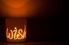 Świeczka zaświecająca filiżanka. zdjęcie royalty free