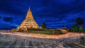 Świeczka zaświecająca przy Huay śliwek Kung świątynią zdjęcia royalty free
