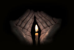 Świeczki światło w ręce, nadziei pojęcie Obraz Stock