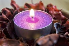 Świeczki światło z potpourri zdrój i boże narodzenie dekoraci pojęcie zdjęcie royalty free