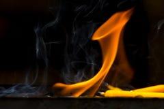 Świeczki byli płonącymi świeczkami na półkach Zdjęcia Stock